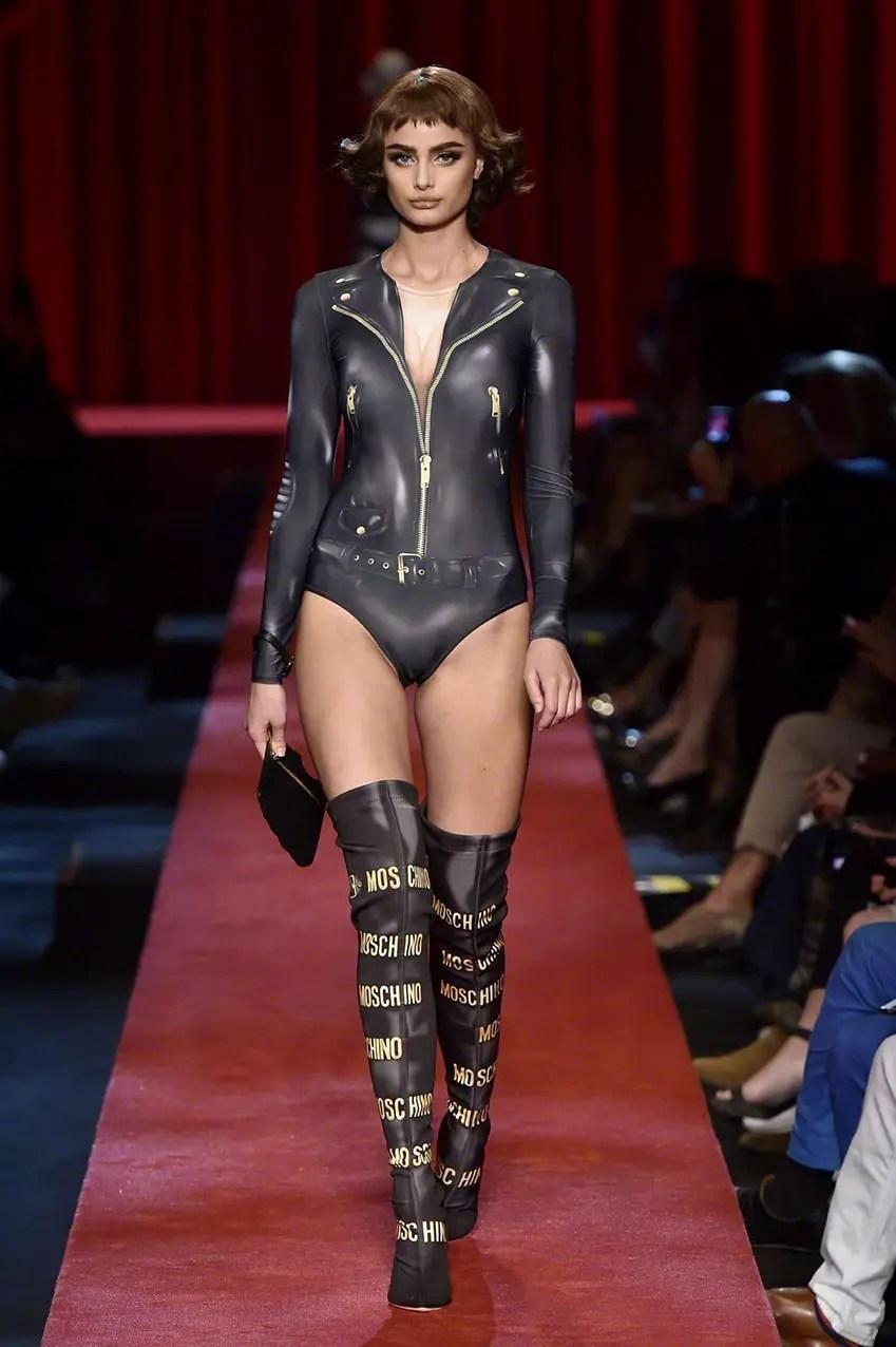 Taylor-Hill_-Moschino-Show-2017-at-Milan-Fashion-Week-eleonora-de-gray-runway-magazine