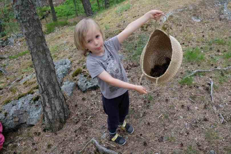 Making mandalas in nature with kids
