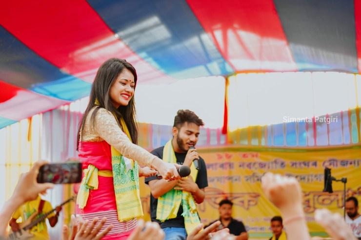 """এটি নতুন যুটি, ৰাজশ্ৰী শইকীয়া আৰু বিকি কলিতাৰ কণ্ঠৰে আহি আছে """"তই নাচাবি আনলৈ""""- 1"""