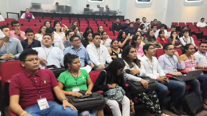 Estudiantes de la Universidad Riviera de Solidaridad e integrantes del Cuarto Parlamento Juvenil