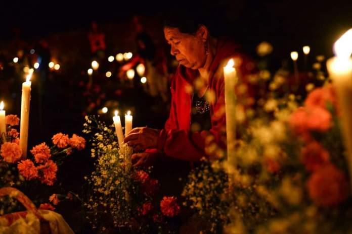 Honrar a sus difuntos, en el panteón Los Olivos.