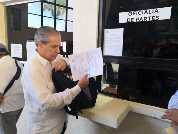 Marcelo Guzmán, tesorero de Benito Juárez, entrega su propuesta de ingreso