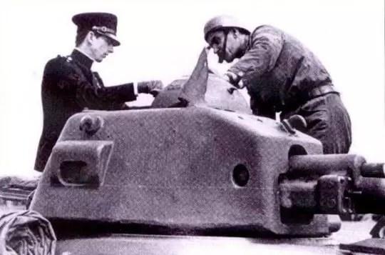 Kralj Petar II kraj kupole tenka R 35 zajedno s komandirom. Snimak je načinjen u proleće 1940. godine odmah po prispeću tenkova.