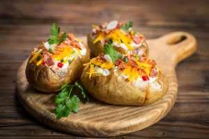 Batatas no forno recheadas com queijo e bacon