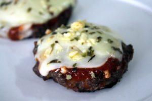 Hambúrguer assado no forno com queijo