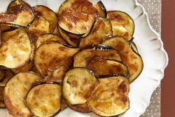 Chips de beringela no forno