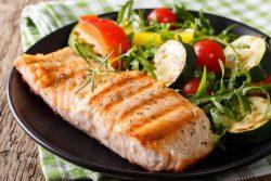 Salmão no forno com legumes