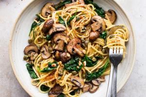 Esparguete com cogumelos e espinafres