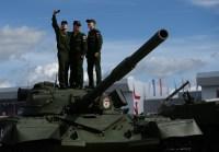 """عسكريون يركبون دبابة """"تي 80 بي"""" السوفيتية التصنيع التي دخلت في حوزة الجيش السوفيتي عام 1978"""
