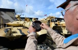 """دبابة تي - 90 أم أس"""" المصنوعة في شركة """"أورال فاغون زافود"""" الروسية تعرض في منتدى """"الجيش -2016 """" العسكري التقني الدولي بضواحي موسكو"""""""