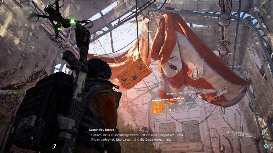 Tom Clancy's The Division 2 - Nach diesen orangefarbenen Fallschirmen sollte man Ausschau halten, denn schießt man auf die herabhängenden Kisten, bekommt man Waffen, Rüstungen, Material oder sogar Kleidung, um sein Aussehen zu verändern.