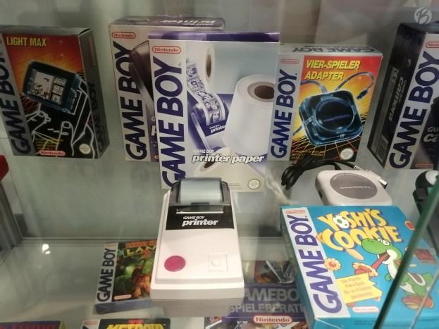 Der Gameboy-Drucker gehört zu den verrücktesten Zubehörteilen des Handhelds. Dieses Relikt kenne ich nur aus alten Prospekten. Schön, ihn mal in echt zu sehen.