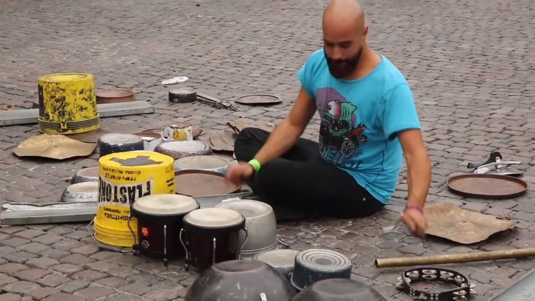 Quelle: Youtube - Dario Rossi - Techno Street Drummer