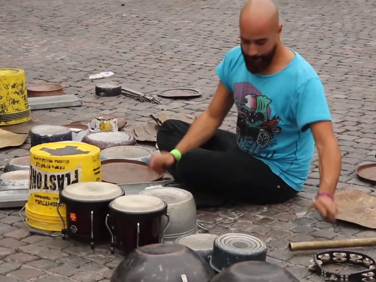 Quelle: Youtube - Dario Rossi - Techno Street Drummer