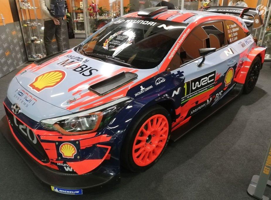 Viele der exklusiven Modelle werden an den Messeständen auch im Original ausgestellt, hier der Hyundai i20 WRC von 2019.