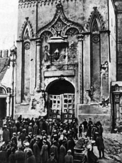 Никольские ворота Кремля после артиллерийского обстрела Москва Октябрь 1917