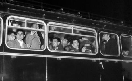 Арестувани манифестанти в ноща на 17ти октомври 1961 г., масово откарвани към стадиона Кубертън.