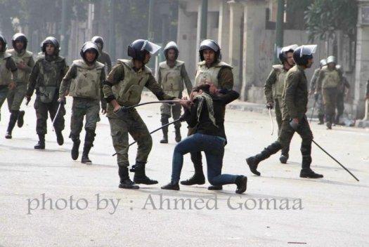 Грубо арестуване на манифестантката Гада Камал тази сутрин в Кайро от близо. Първо и е издърпан шала...