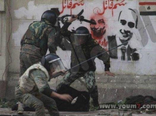 Войници, агресиращи жена тази сутрин в Кайро: става дума за тази на земята, носеща интегрален шал.