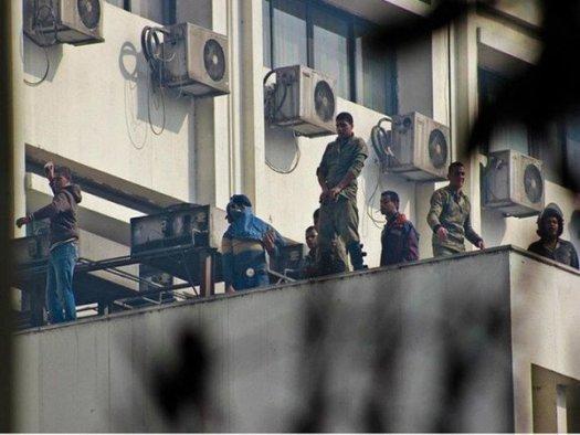 """Войници и най-гордо се възкачиха на покрива на една съседна сграда и замерваха часове наред цивилните демонстранти с всякакви предмети, влючително и """"стъклени бомби"""". Когато не стреляха по тях, нали."""