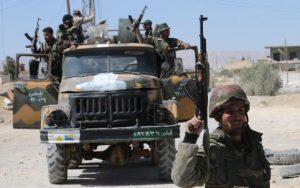 Войници патрулират в град Кариатайн, провинция Хомс.  CREDIT: JOSEPH EID/AFP