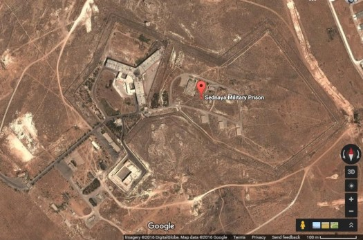 Затворът в Седная, североизточно от столицата Дамаск. Затворът е известен с това, че там за затваряни предимно политически опоненти на Асад, но също така и ислямисти. През Google Maps.