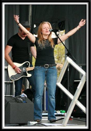 Kristi singing