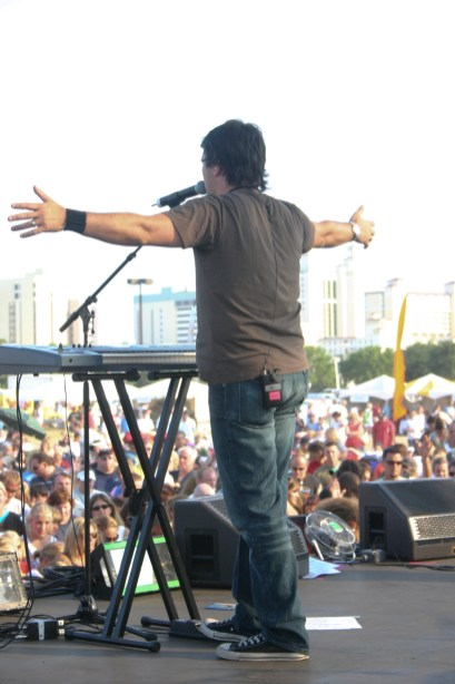 Russell sings at Beachfest