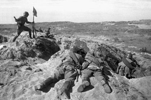 Солдат устанавливает флаг во время боя на сопке Ремизова у реки Халхин-Гол.