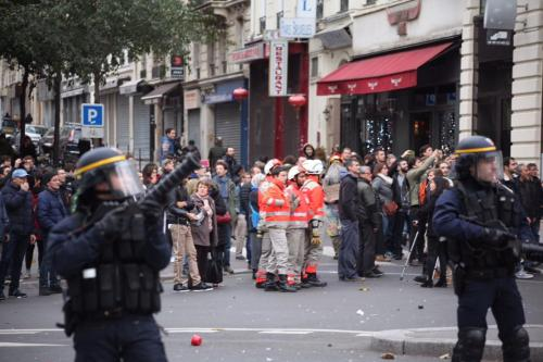 in-photos-anarchists-clash-with-riot-police-during-climate-summit-protest-in-paris-body-image-1448810600
