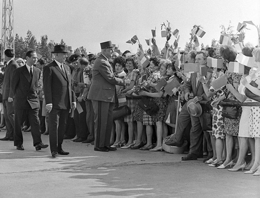 Москвичи приветствуют президента Франции Шарля де Голля во время его визита в СССР. Июнь 1966 года