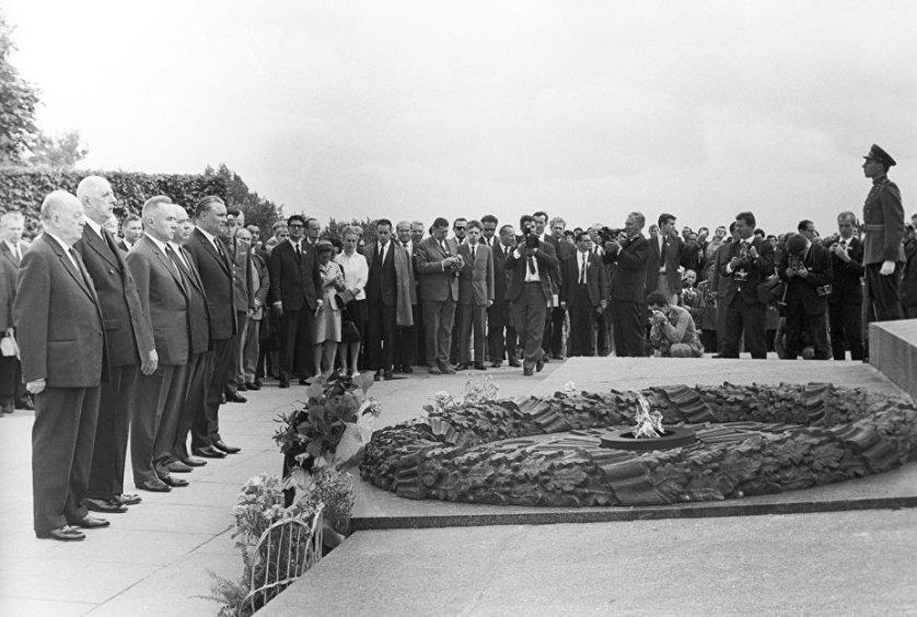 Президент Франции Шарль де Голль у могилы Неизвестного Солдата в Киеве. Июнь 1966 года