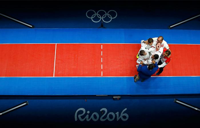 Мужская сборная России по фехтованию стала обладателем золота летних Олимпийских игр, одержав победу в командном соревновании рапиристов. В финале российская команда, в составе которой выступили Алексей Черемисинов, Артур Ахматхузин и Тимур Сафин, одержала победу над соперниками из сборной Франции - 45:41.