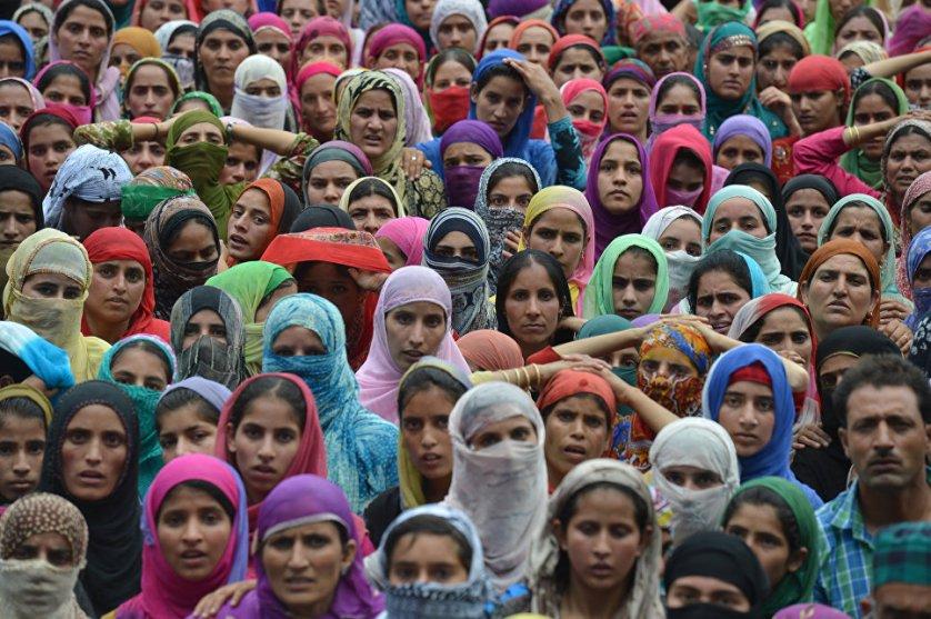 Жители Сринагара на похоронах четверых протестующих, убитых сотрудниками индийских сил безопасности.