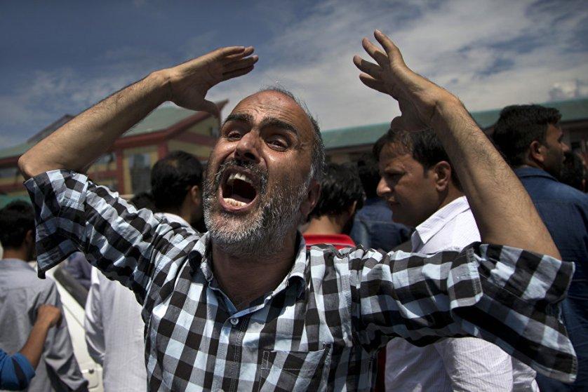 """Акция протеста у госпиталя Сринагара, где от ран, полученных в столкновениях с полицией, скончался местный житель Амир Мир. Массовые акции протеста в Кашмирской долине начались после ликвидации Бурхана Музаффара Вани, 22-летнего активиста группировки """"Хизб-уль-Муджахидин"""", признанной в Индии террористической."""