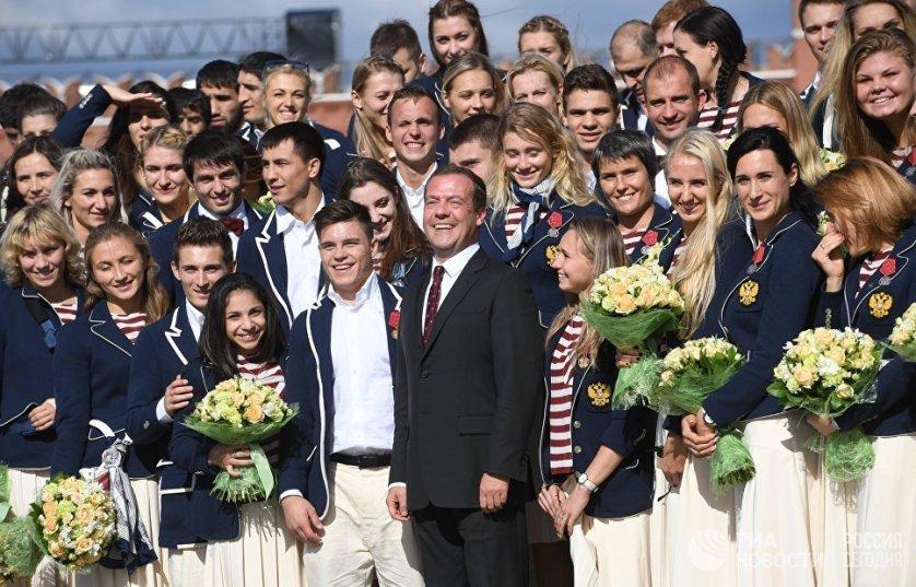 25 августа Дмитрий Медведев на Ивановской площади Московского Кремля вручил российским спортсменам - победителям и призерам Игр XXXI Олимпиады в Рио-де-Жанейро ключи от автомобилей.