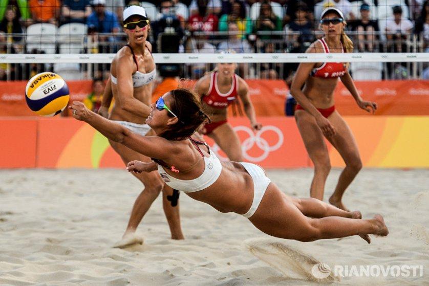 Лорен Фендрик и Брук Суэт (США) против пары Евгении Уколовой и Екатерины Бирловой (Россия) в матче 3-го тура женского турнира по пляжному волейболу на XXXI летних Олимпийских играх.