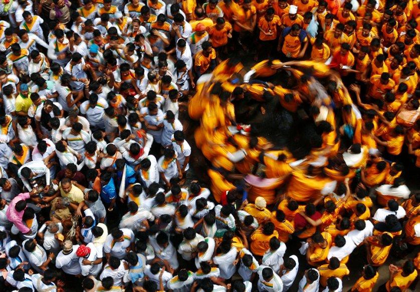 Ритуальный танец после разбивания глиняного горшка, символизируещего шалости маленького Кришны, во время праздника Джанмаштами (Дня явления Кришны) в Мумбаи, Индия.