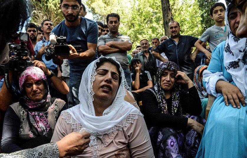 Похороны жертв нападения террористов на гостей свадебного торжества в Турции. Напомним, в результате взрыва, прогремевшего в субботу в городе Газиантеп на юге Турции, 51 человек погиб, еще 69 пострадали.