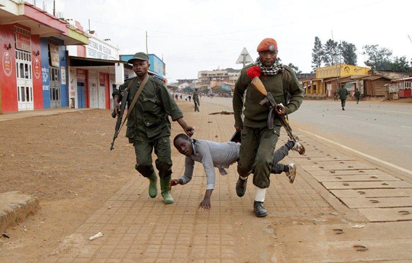 Задержание участника антиправительственного митинга в Вутембо в провинции Северная Киву, Демократическая Республика Конго. По мнению оппозиции, действующие власти не способны прекратить убийства и снизить межэтническую напряженность в стране.