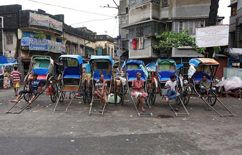 Рикши на дороге в Калькутте, Индия.
