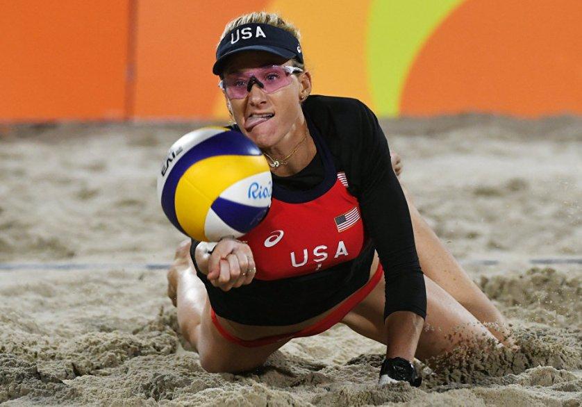 Волейболистка из США Керри Уолш Дженнингс во время выступления на Олимпийских играх в Рио-де-Жанейро.