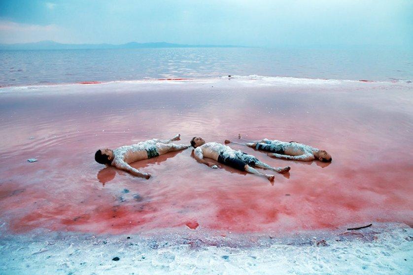 Местные жители очень любят озеро Урмия. Вода в нем теплая и довольно плотная, она считается целебной. В нем очень приятно купаться.