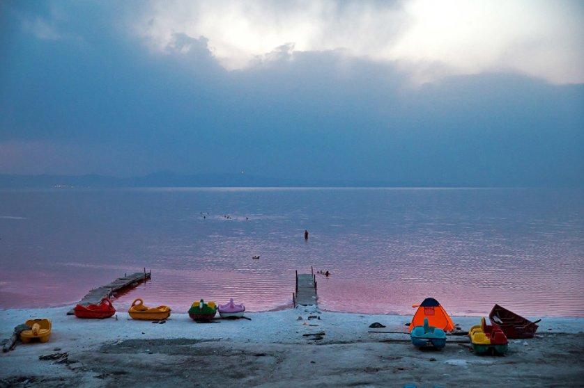 На берегу озера Урмия встречаются разнообразные кристаллы различной формы и величины.