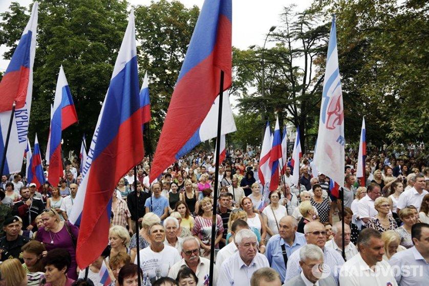 Помимо официальной части и концерта в Симферополе состоялось вручение паспортов граждан РФ 14-летним жителям республики.