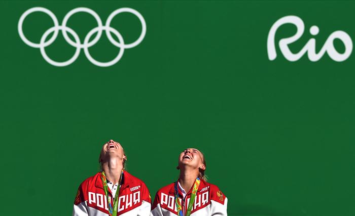 Теннисистки Елена Веснина и Екатерина Макарова стали обладательницами золотой медали Олимпиады в Рио-де-Жанейро в женском парном разряде. В финале соревнования россиянки нанесли поражение швейцаркам Мартине Хингис и Тимеа Бачински - 6:4, 6:4. Встреча продолжалась 1 час 38 минут.