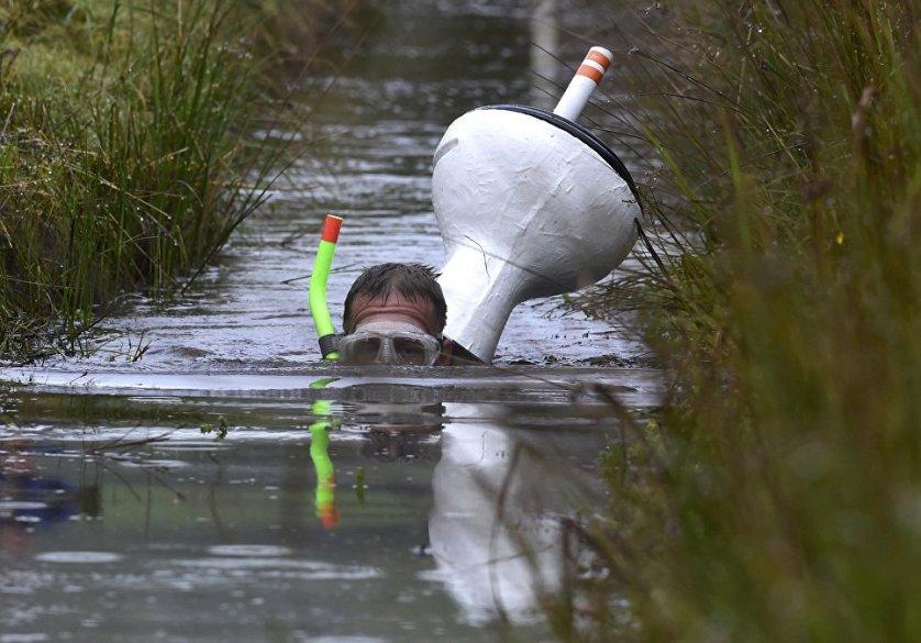 Участник Чемпионата по нырянию в болото в Великобритании.