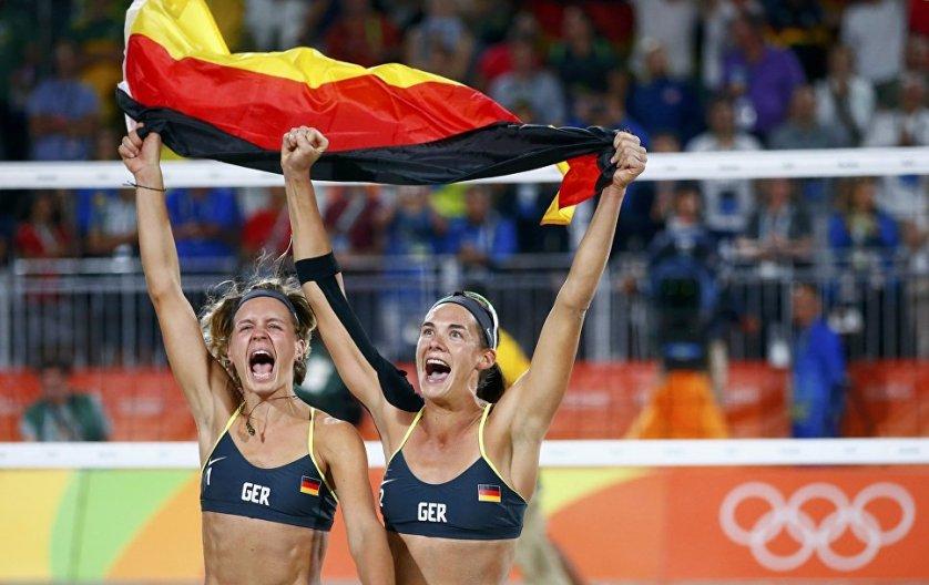 Немецкие волейболистки Лаура Людвиг и Кира Валькенхорст радуются победе.