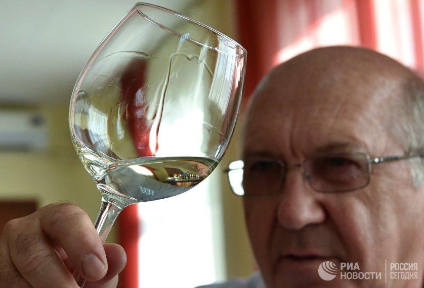 Проверяют вкус получившегося напитка опытные дегустаторы.