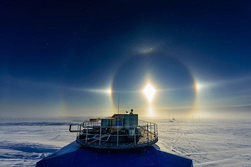 Солнечный ореол на научно-исследовательской станции Halley в Антарктике, автор - Michal Krzysztofowicz.